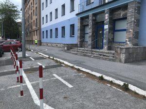 Presmerovaný cyklochodník pred budovou VVS Košice